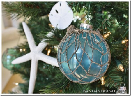 Float Ball Ornaments - Try these 35+ DIY ideas for clear glass ornaments to add precious memories and lots of spirit to your Christmas tree! from @tipsaholic #ornaments #diy #christmas